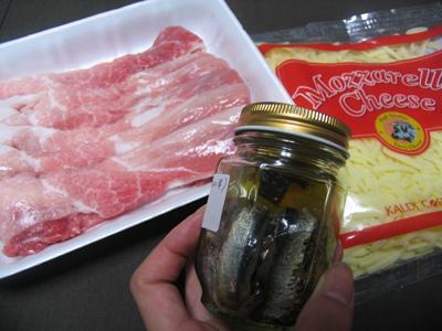 ロールフライの主な材料、スライス豚肉、アンチョビ、チーズです<br />後はニンニクと調味料、衣関係(小麦粉、卵、パン粉)のみ